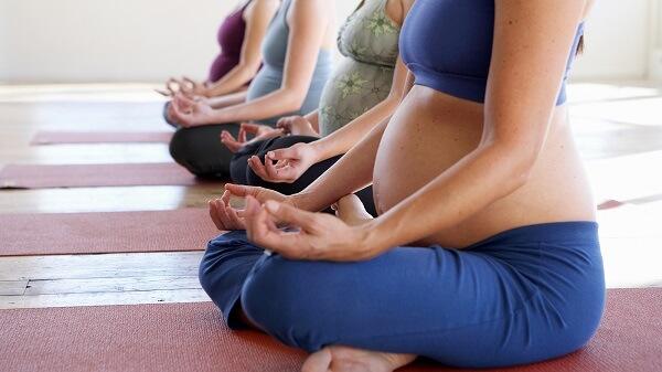 Yoga cho ba bau dau xuong suon ben trai va phai